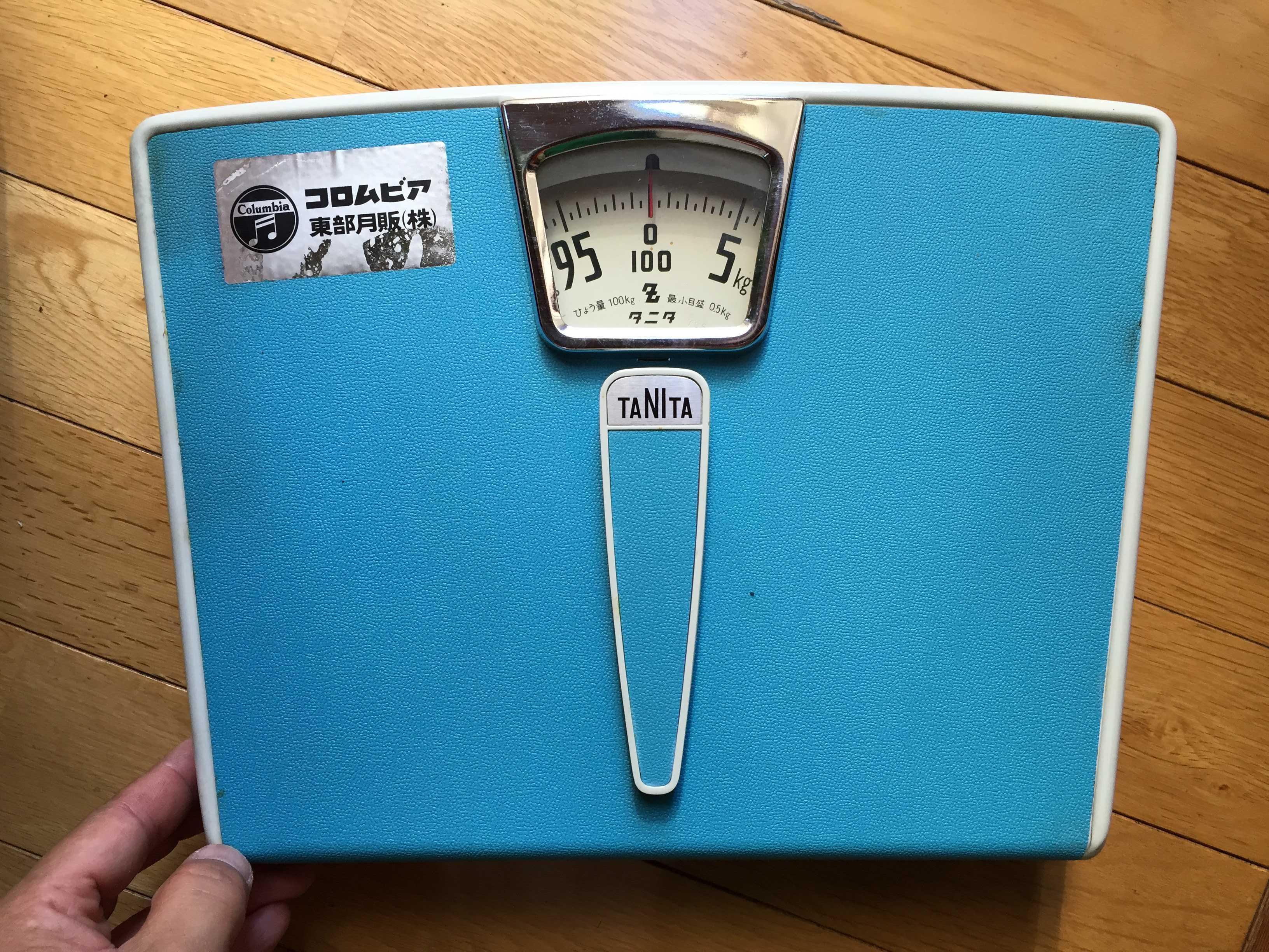 コロムビア 東部月販(株)のシールが貼ってあるタニタ(TANITA)の体重計