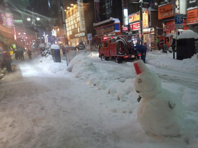 八王子繁華街の雪だるま