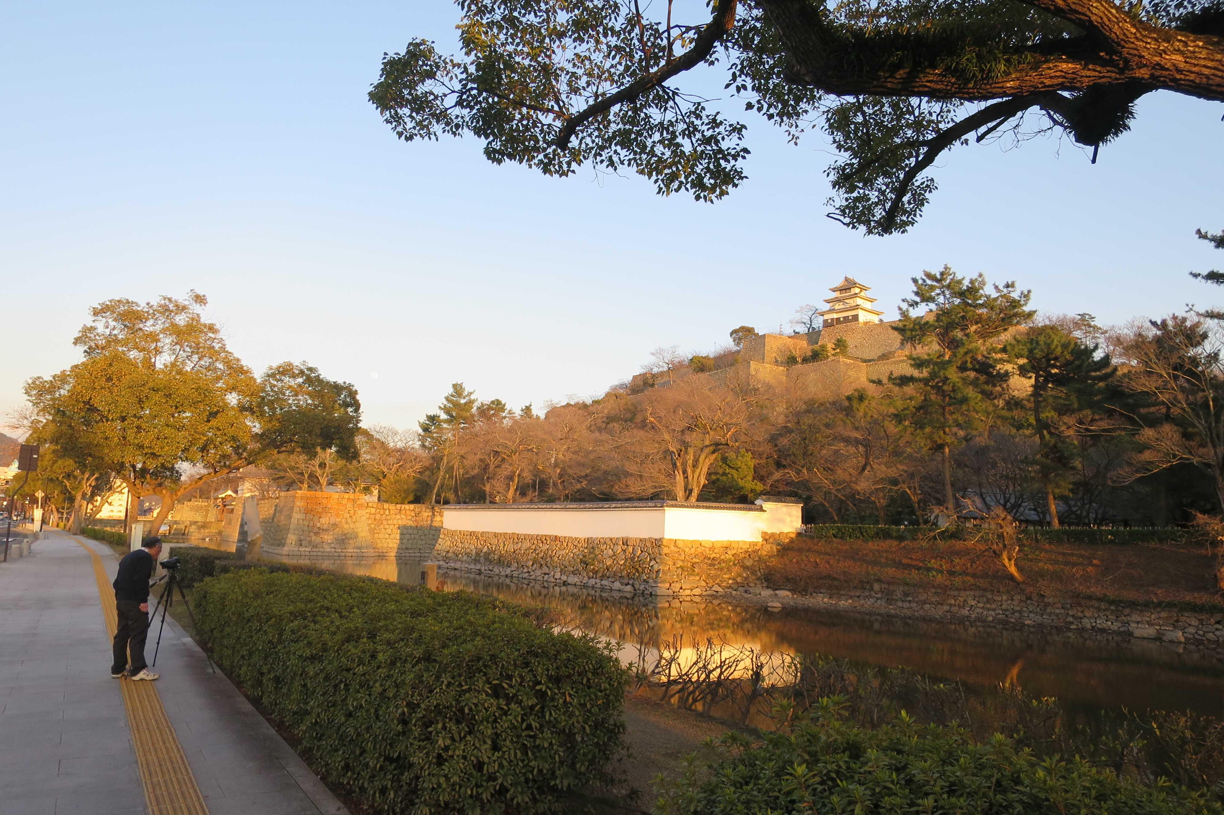 夕陽に照らされる丸亀城