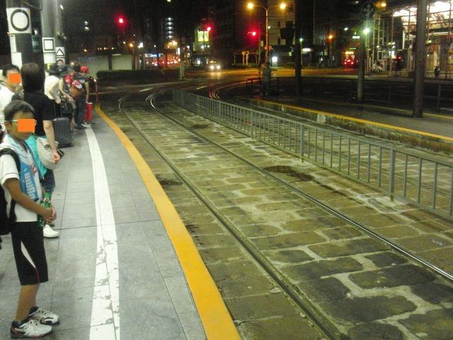 夜の広島電鉄路面電車のホーム
