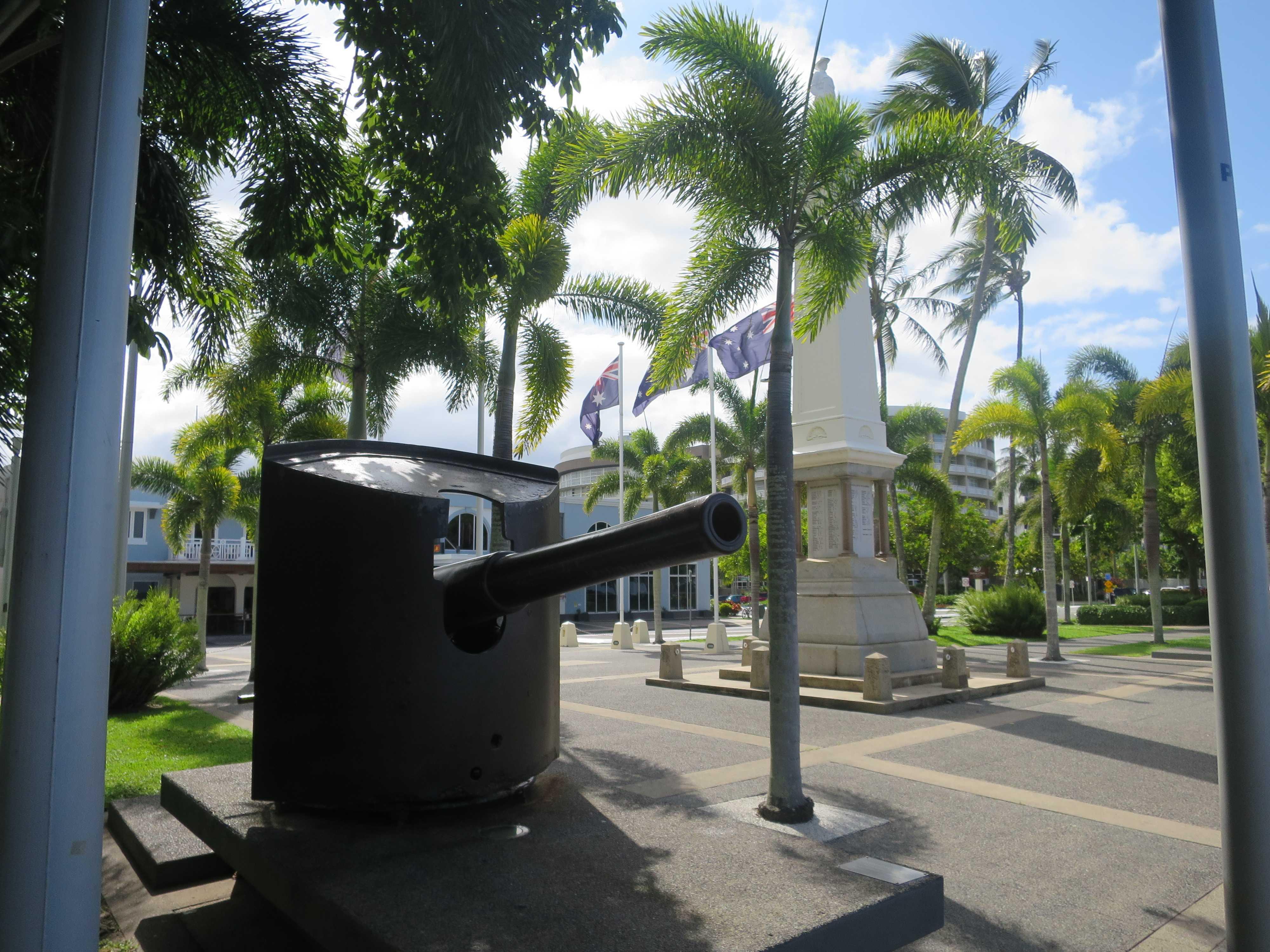 ケアンズの海岸にある大砲