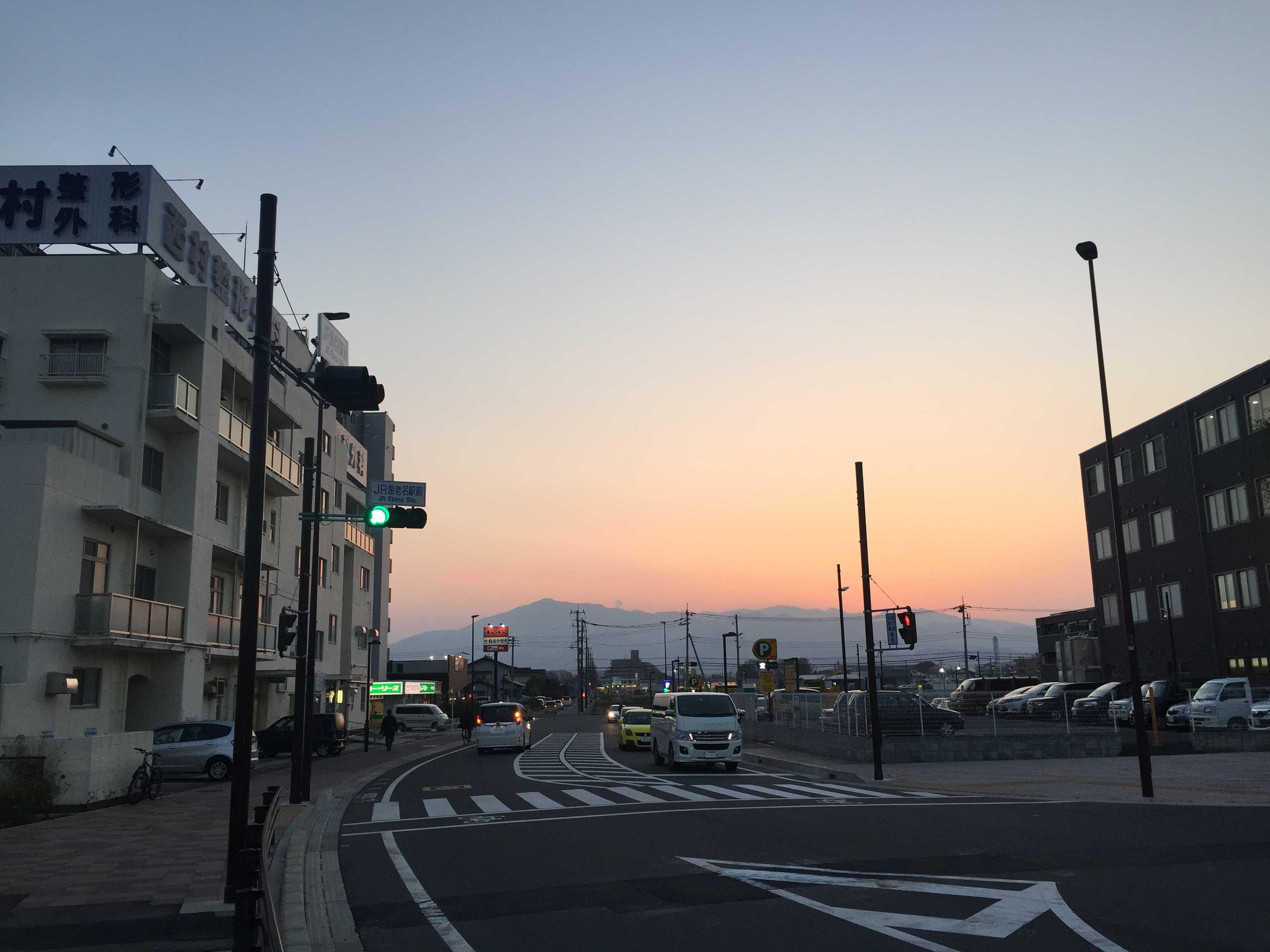 海老名駅前から見た丹沢山系の夕暮れ