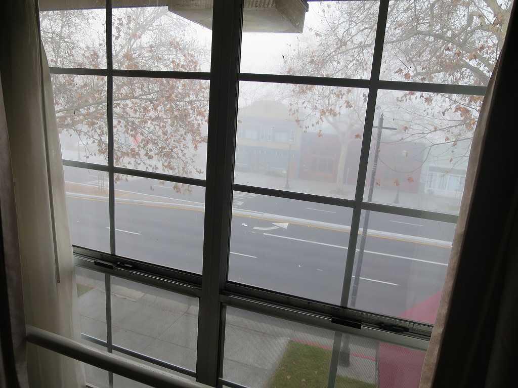 霧に包まれるサンノゼの大通り「ザ・アラメダ」