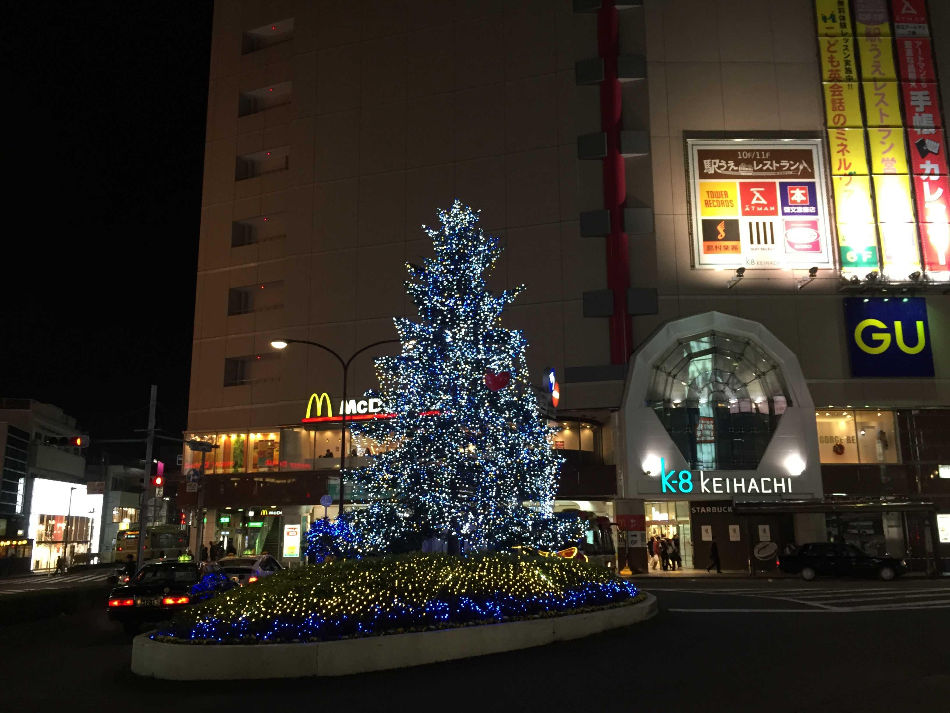 京王八王子駅前ロータリーのクリスマスツリー
