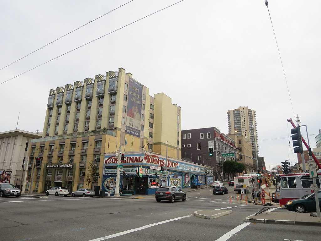 サンフランシスコ - バン・ネス・アベニュー(手前/Van Ness Ave)とギアリー・ストリート(Geary St)の交差点