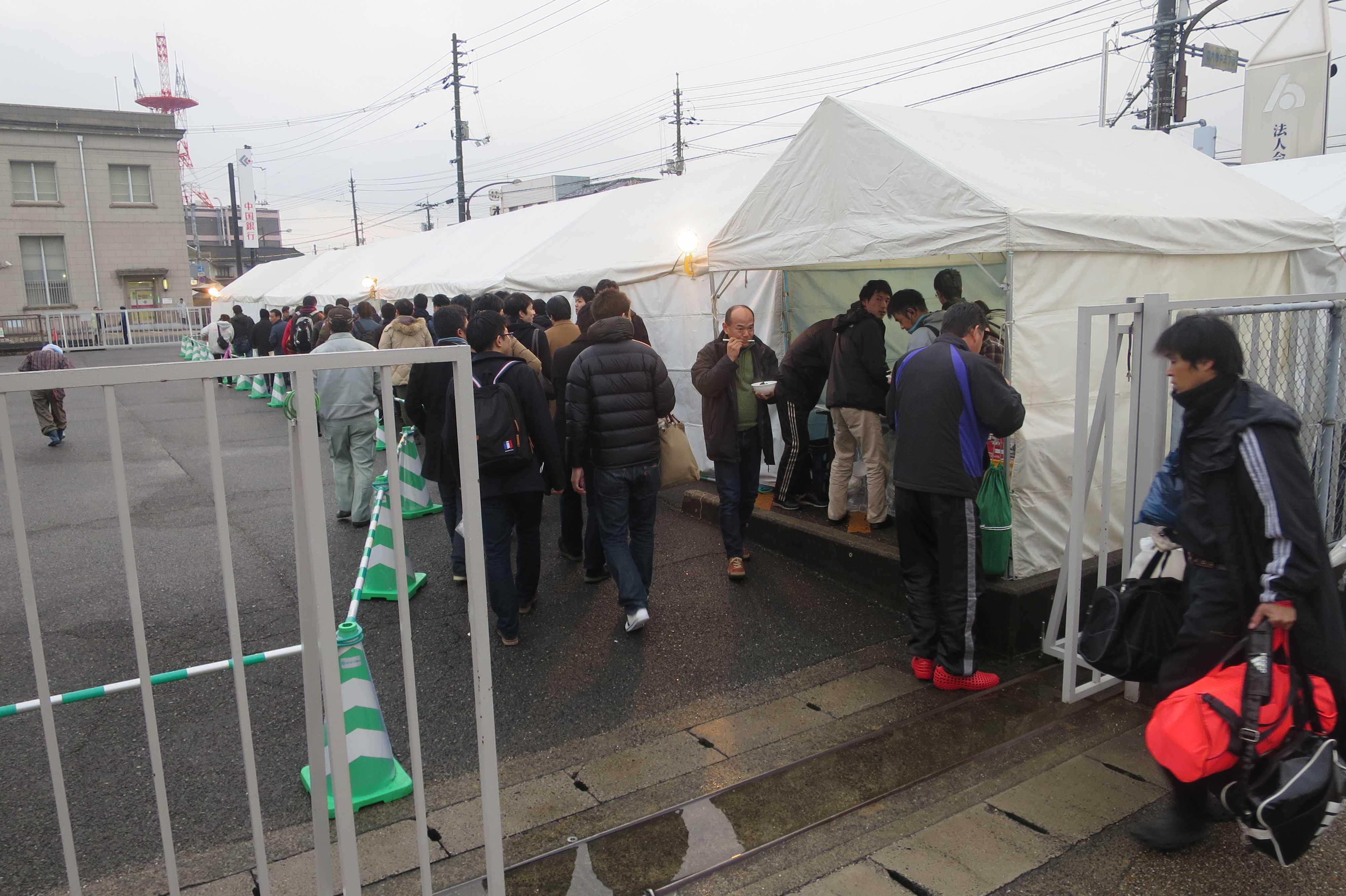 会陽に参加する各グループのテント
