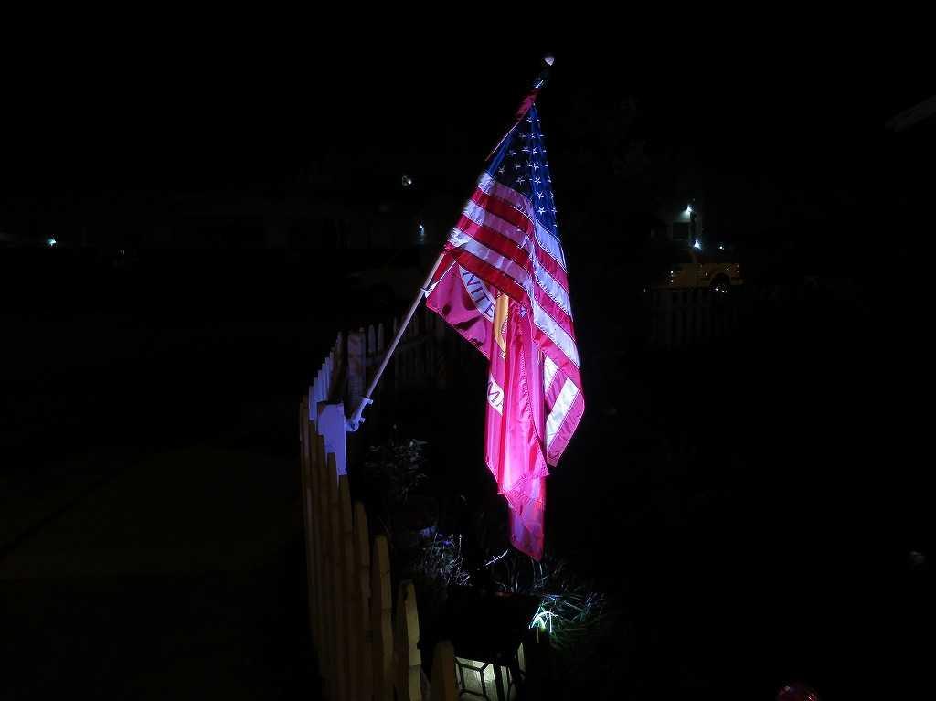 サニーベールのライトアップされた民家の星条旗