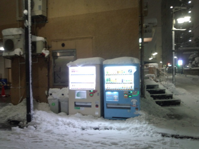 大雪と自動販売機