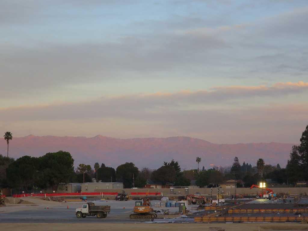 夕陽に照らされるカリフォルニアの山々
