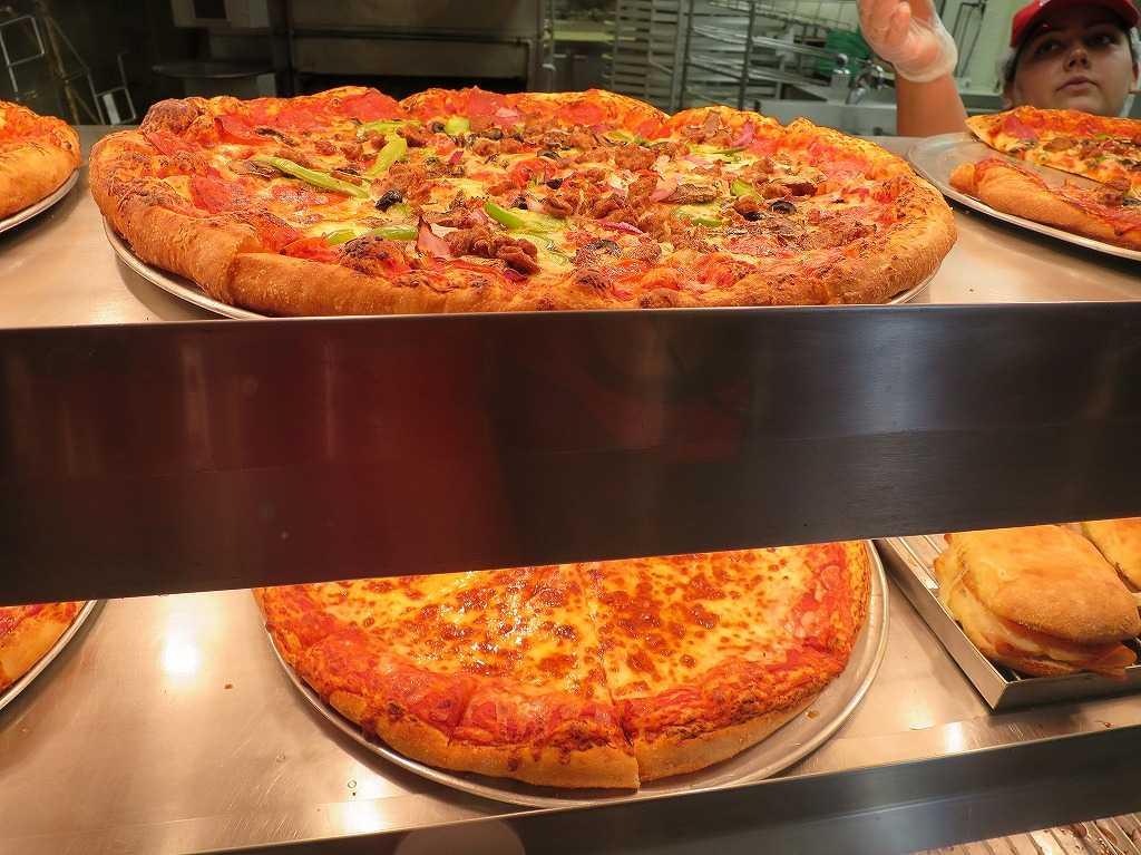 ローレンス駅近くのコストコのピザ