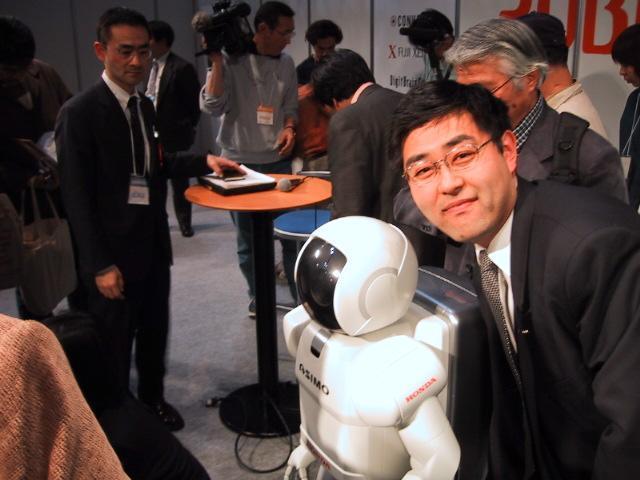 アシモ(ASIMO)と村内伸弘 - パシフィコ横浜・ ROBODEX 2002にて