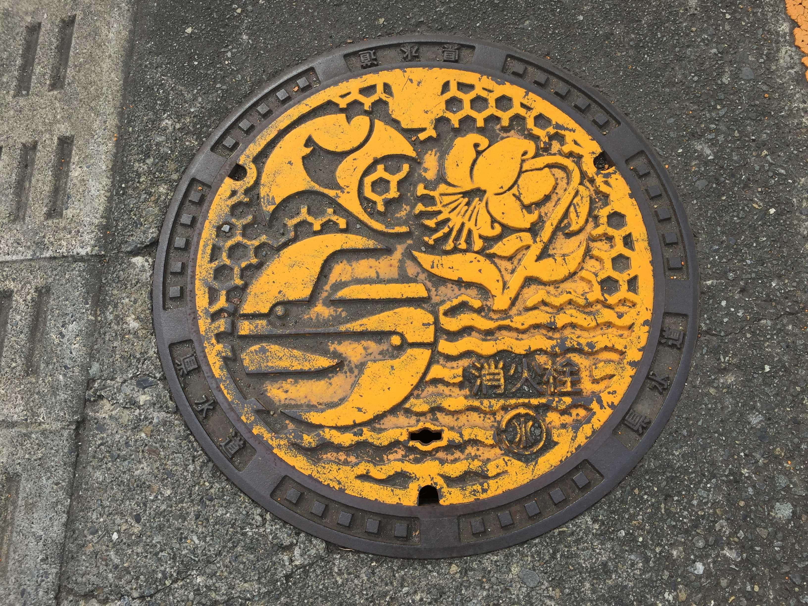 神奈川県 - やまゆりの黄色いマンホール蓋