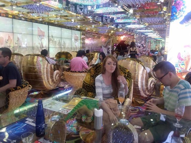 ロボットレストランは外国人がたくさん
