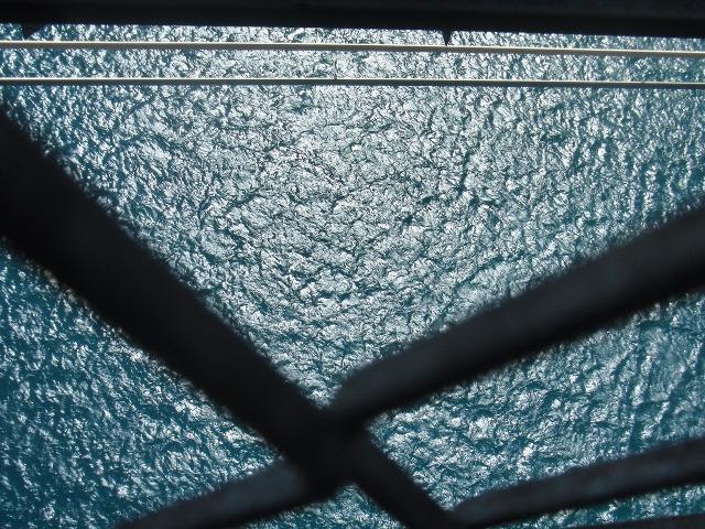 因島大橋の上から真下を眺めた図