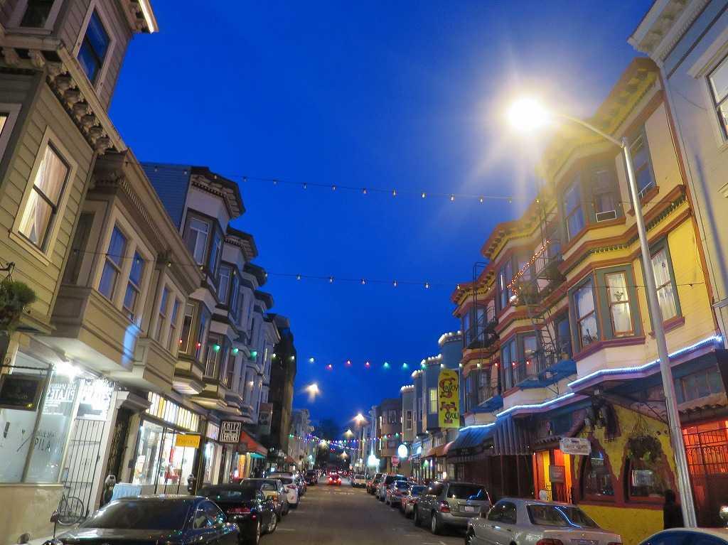 すさまじい青に染まるサンフランシスコ・グラント通り