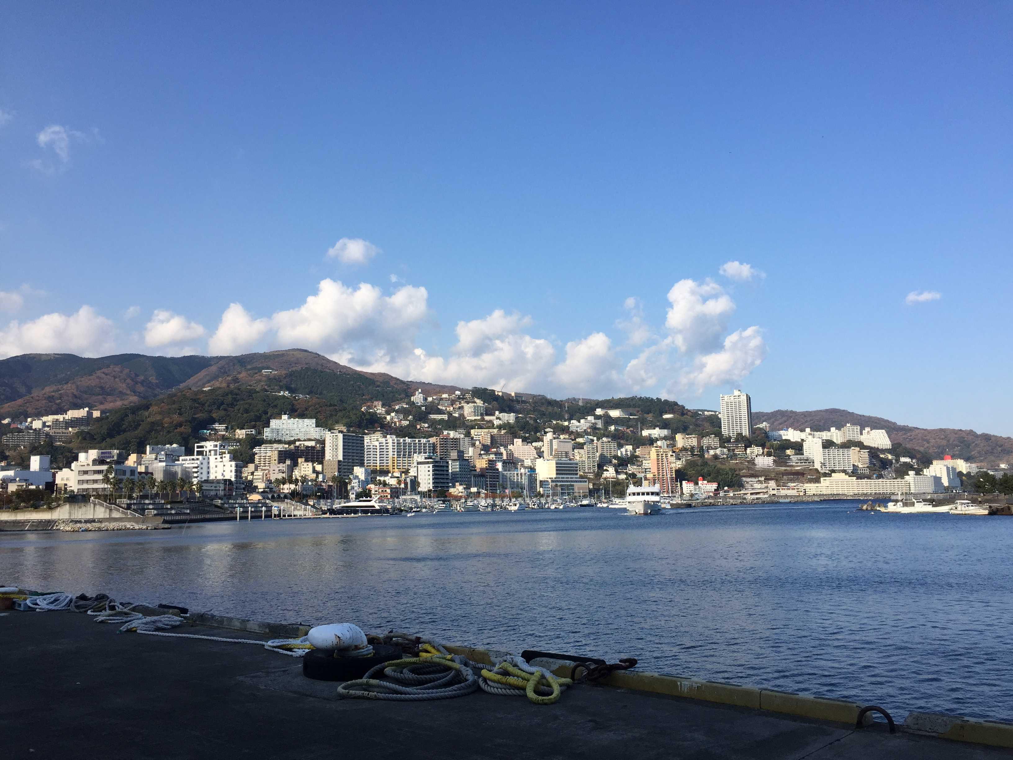 昼の熱海港