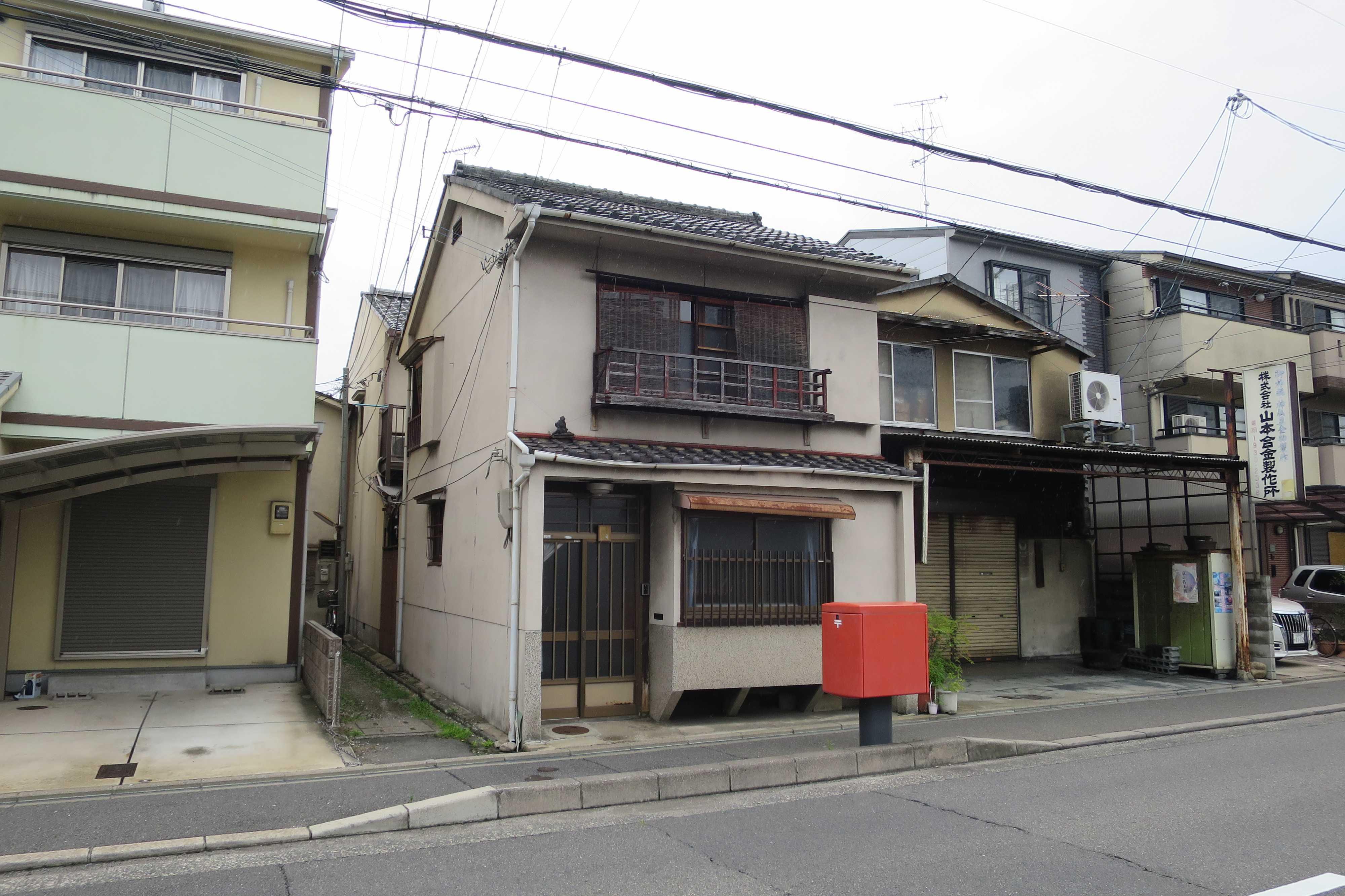 赤い郵便ポストが目立つ京都の街