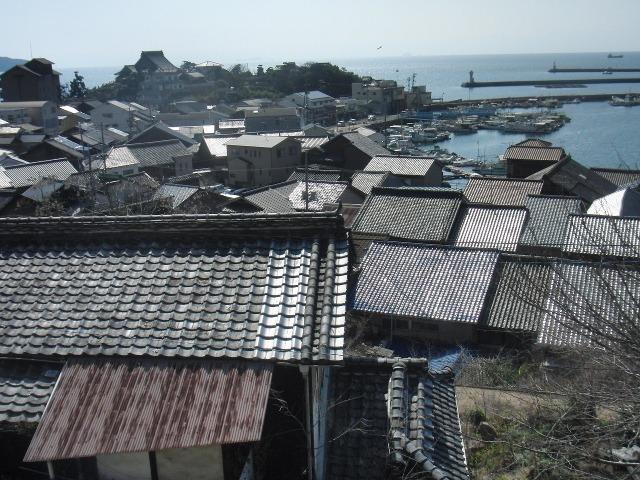 鞆の家々の甍(いらか)。左上は円福寺