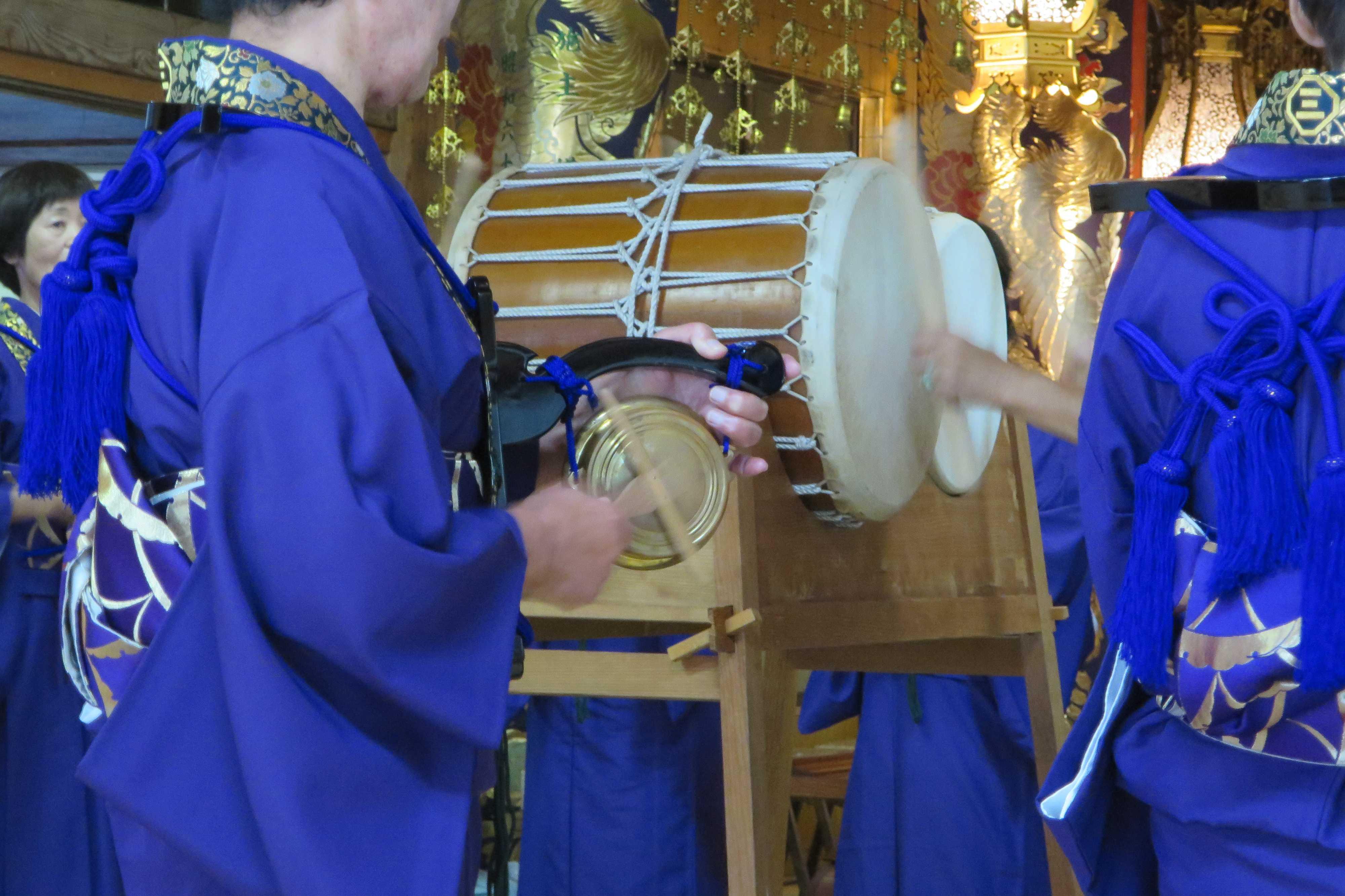 無量光寺の踊り念仏 - 足を踏み、足を跳ね上げ回ります。