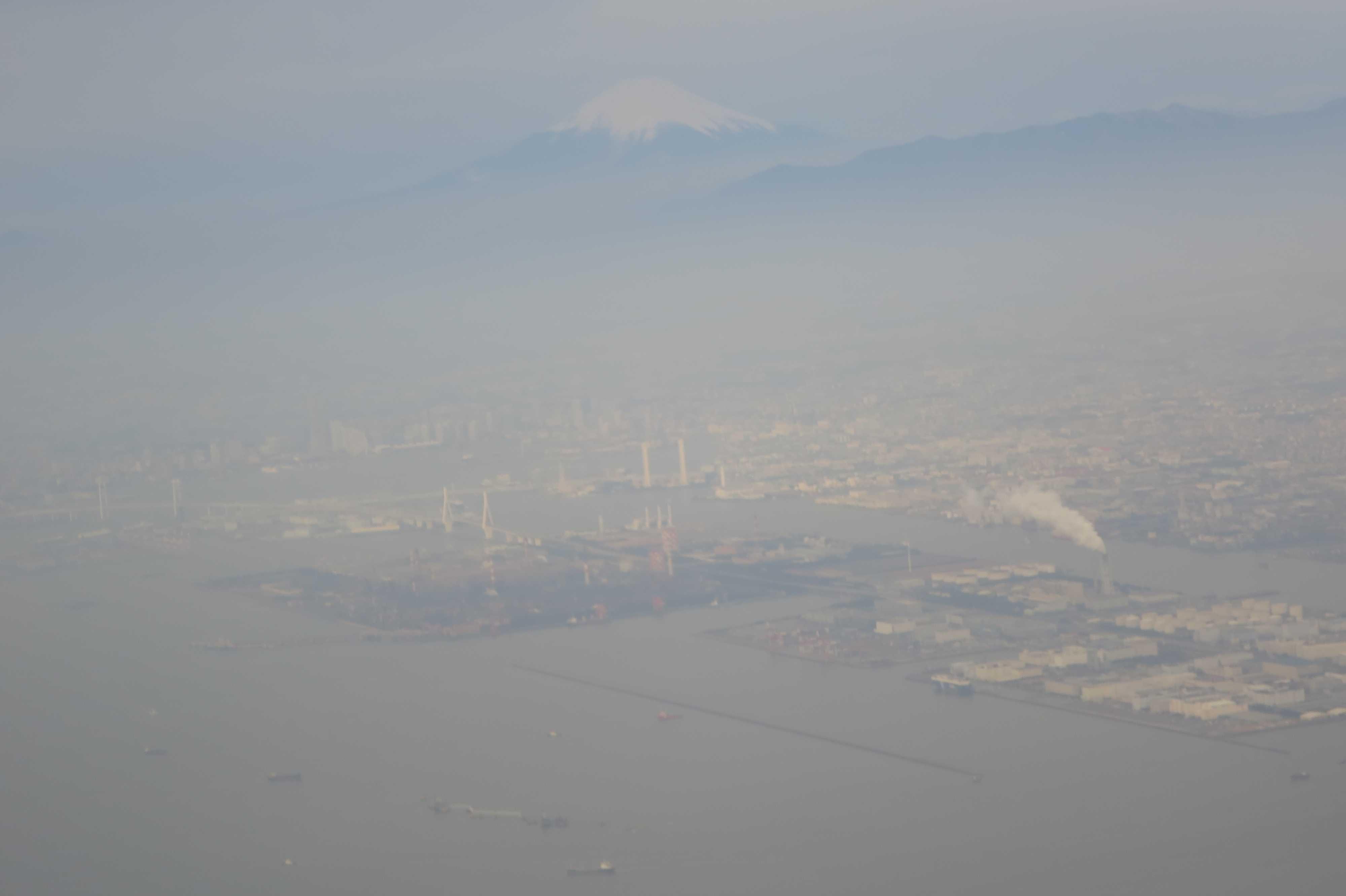 霞んでみえる富士山
