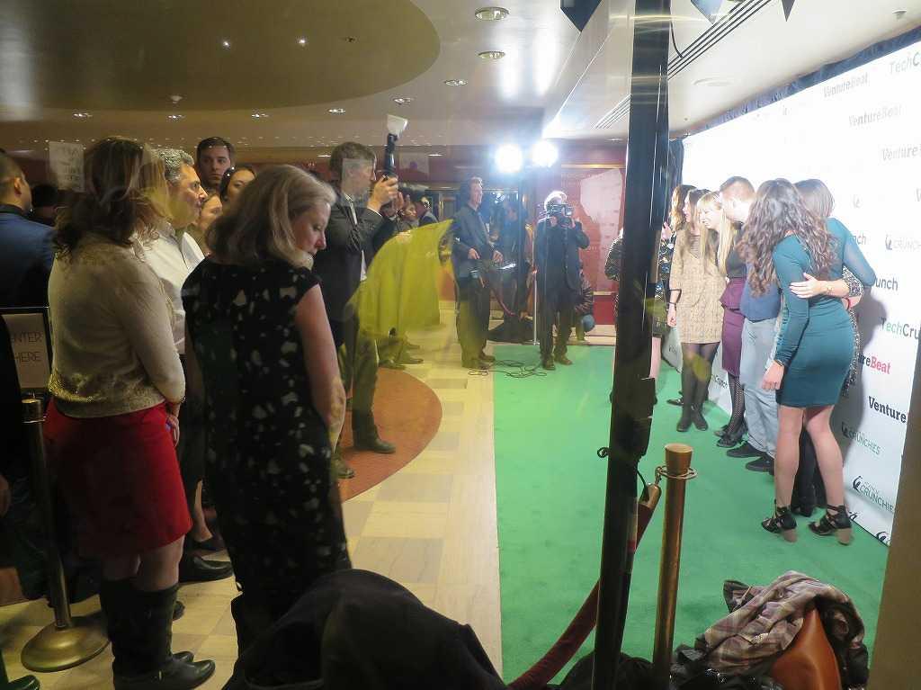 クランチーズ・アワード!華やいだグリーンカーペットの上、着飾った姿で記念撮影