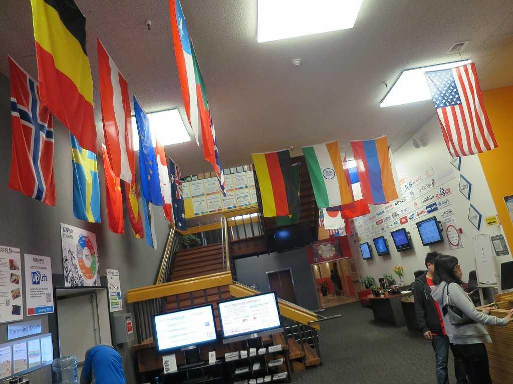 プラグ・アンド・プレイ テックセンターのエントランス(世界の国旗)