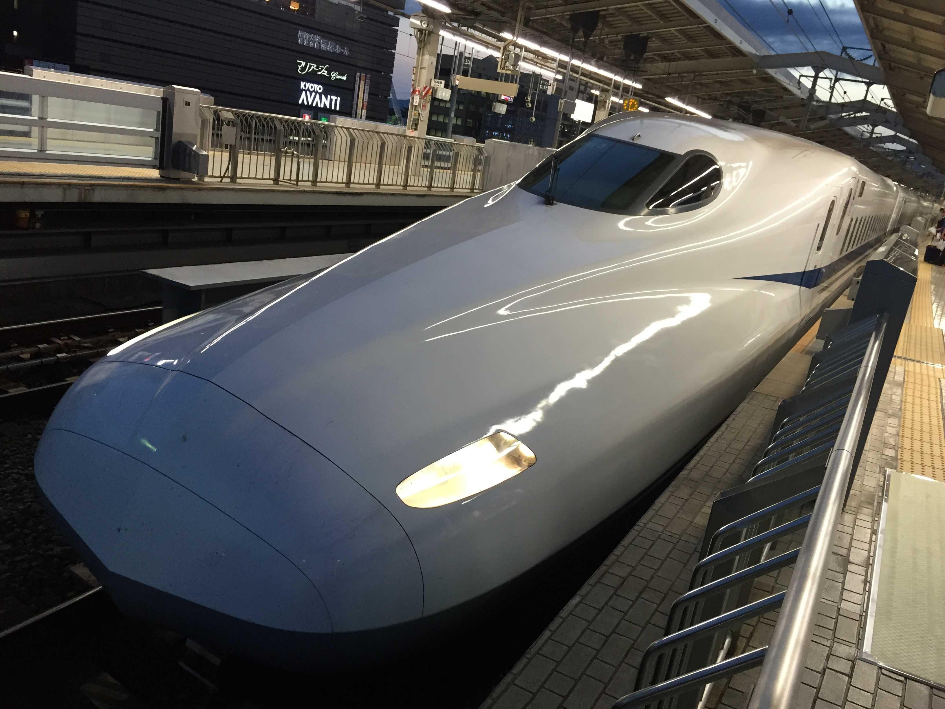 JR京都駅の新幹線「のぞみ」