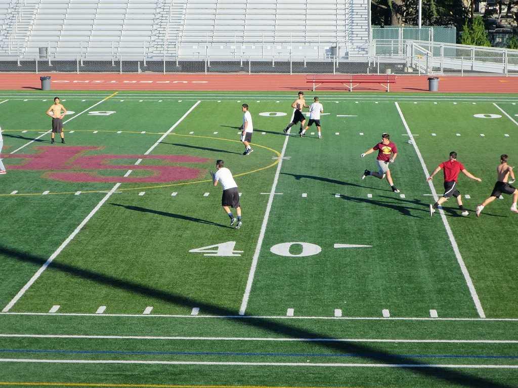 アメリカンフットボールの練習をするクパチーノの高校生