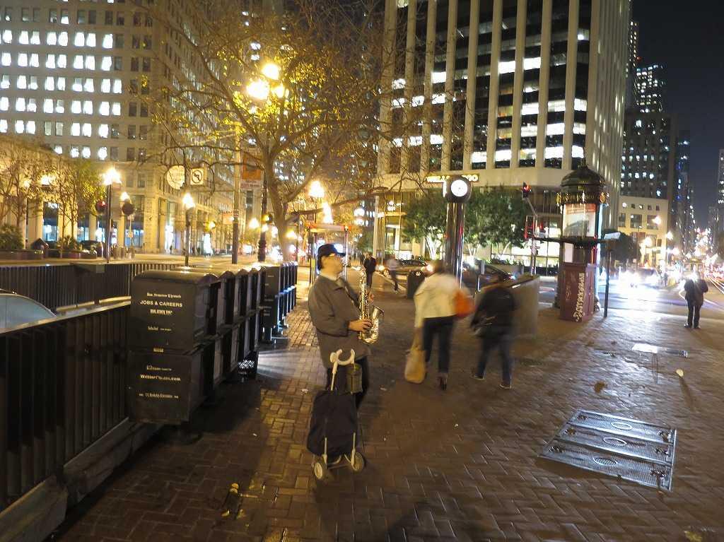 サンフランシスコ - マーケットストリートのサックス奏者