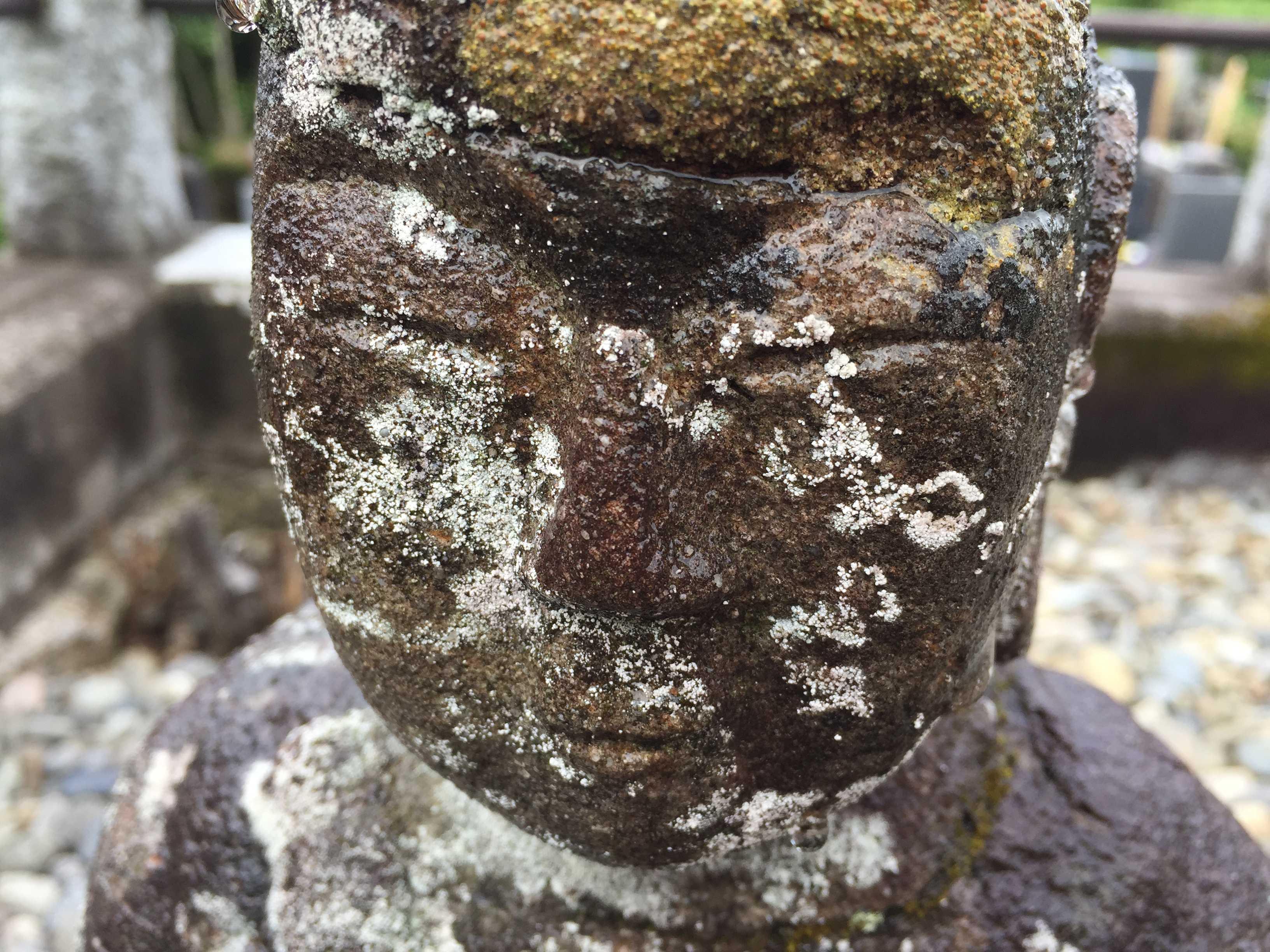 お墓の石像