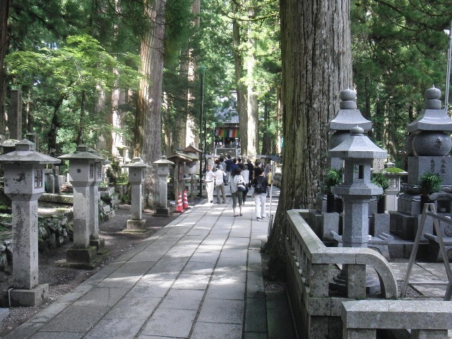 奥の院の参道 林立する石塔や供養塔
