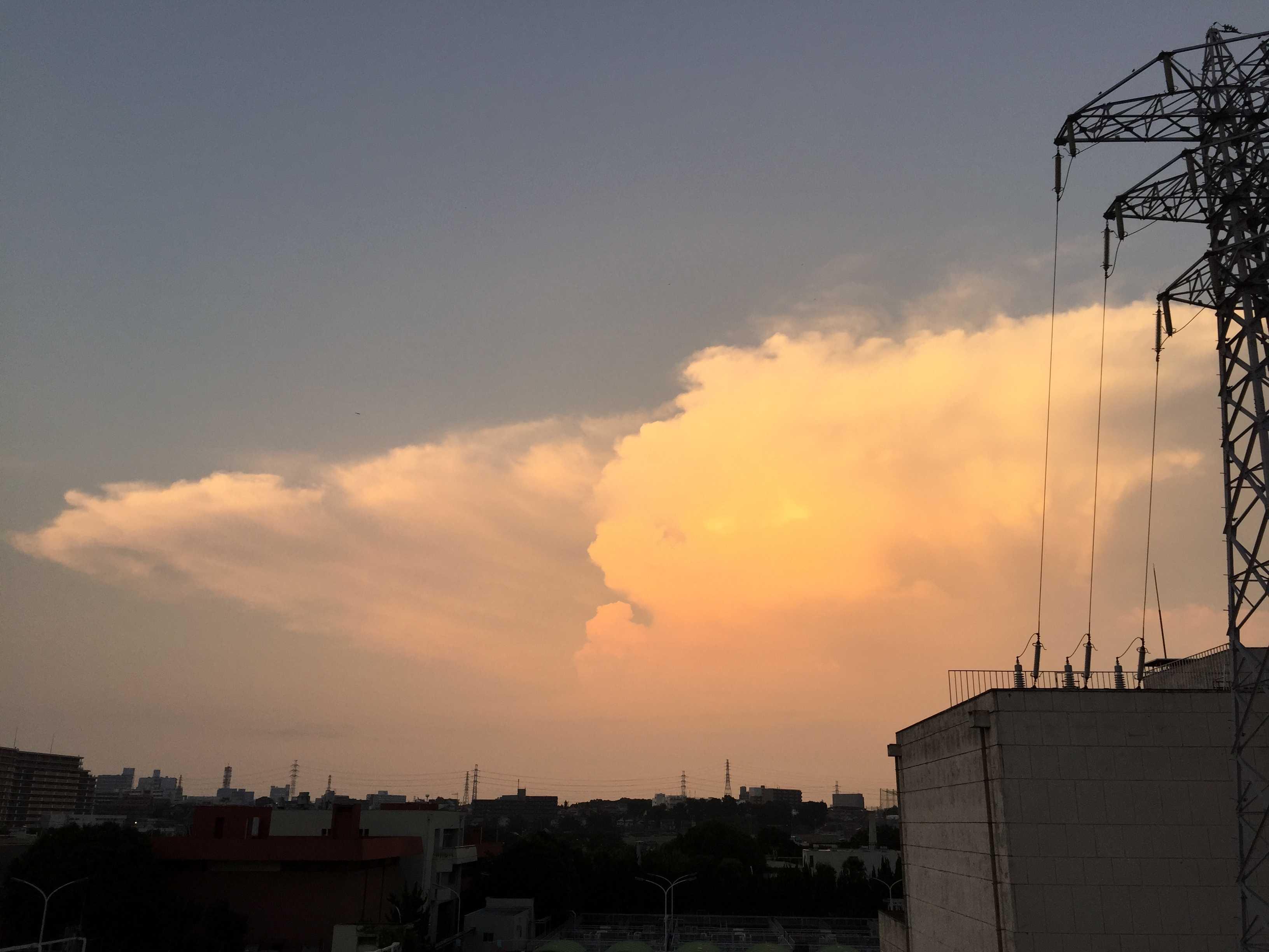 夏のオレンジ入道雲