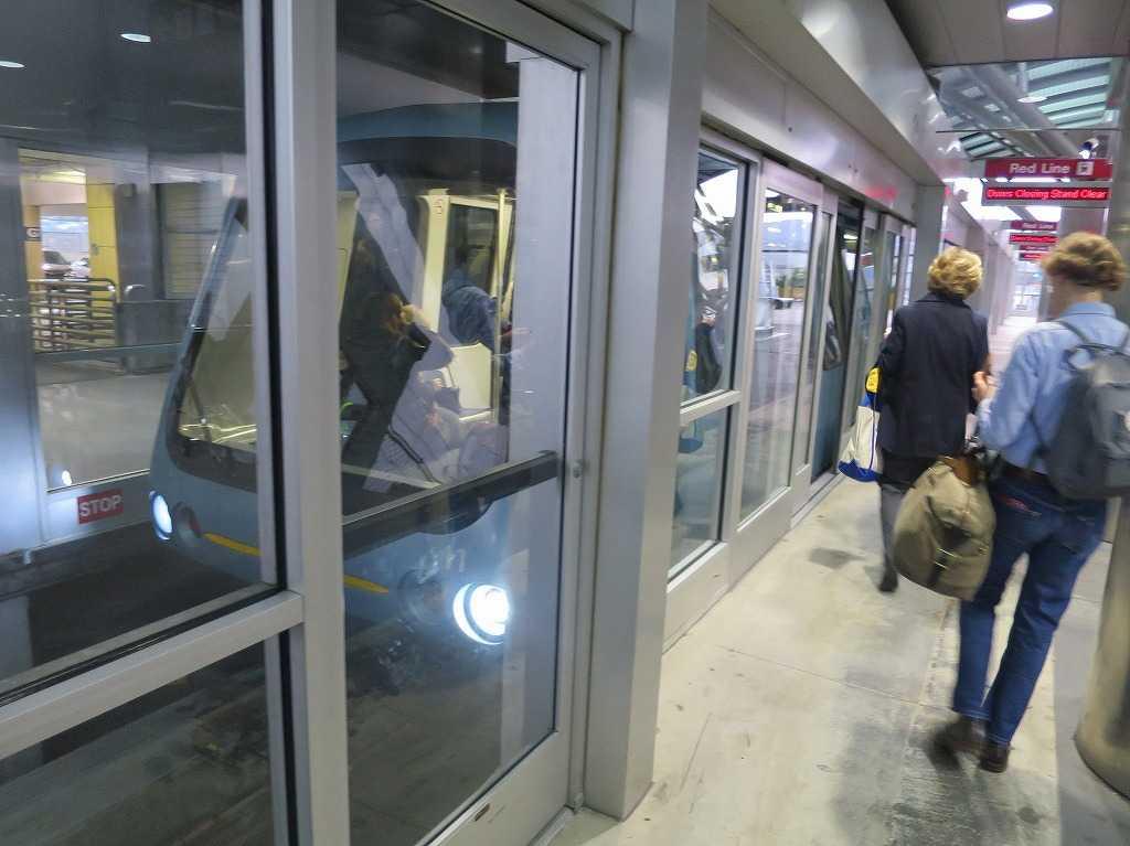 サンフランシスコ国際空港駅のエアトレイン(AirTrain)
