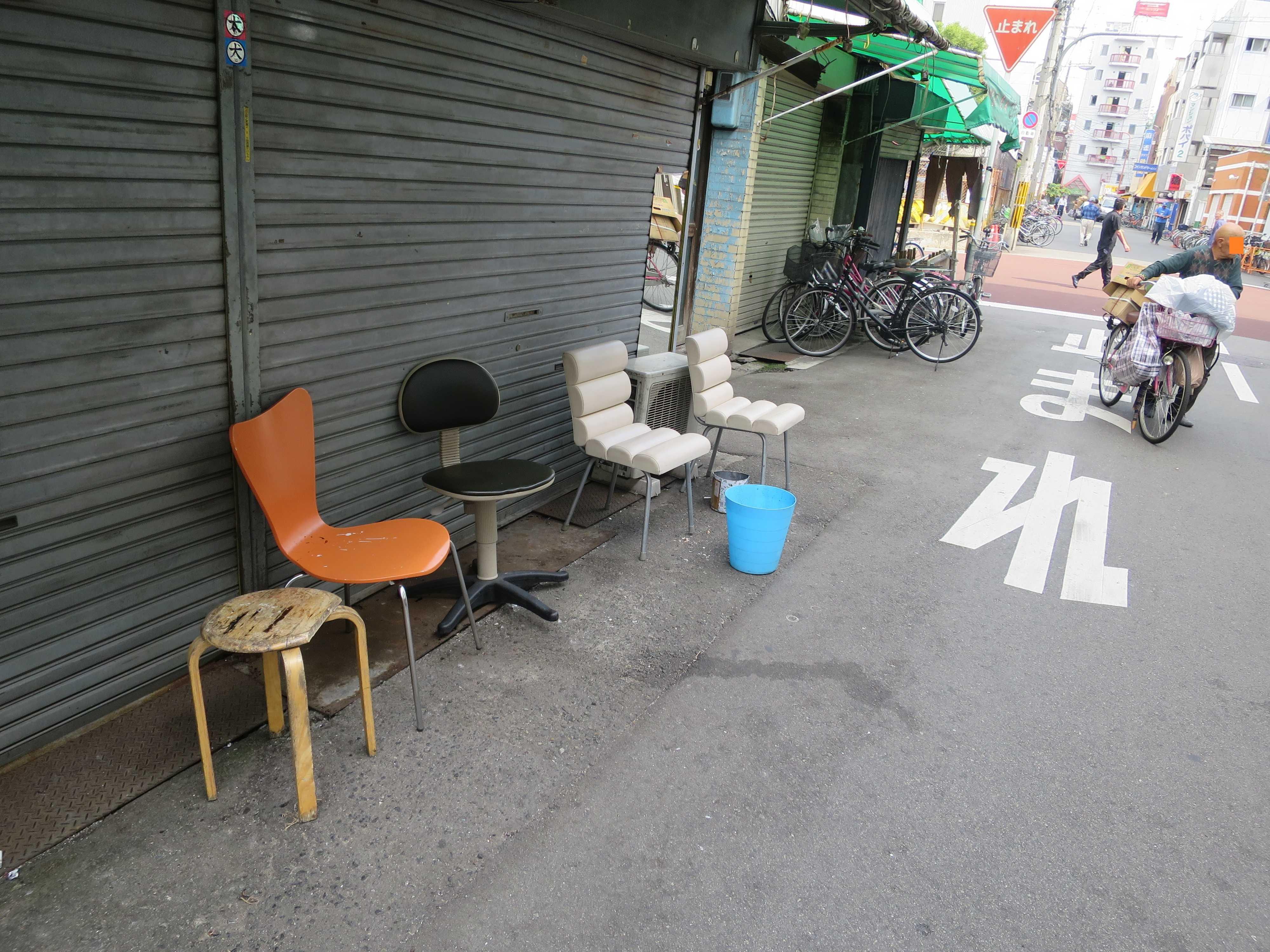 あいりん地区 軒先の椅子