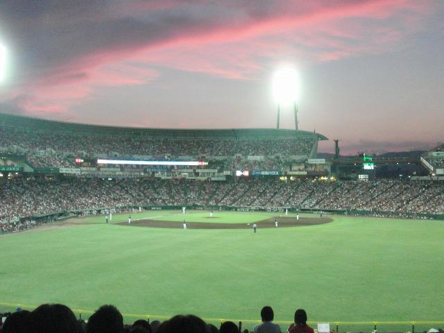 屋根のない野球場・マツダスタジアムの真っ赤な夕焼け