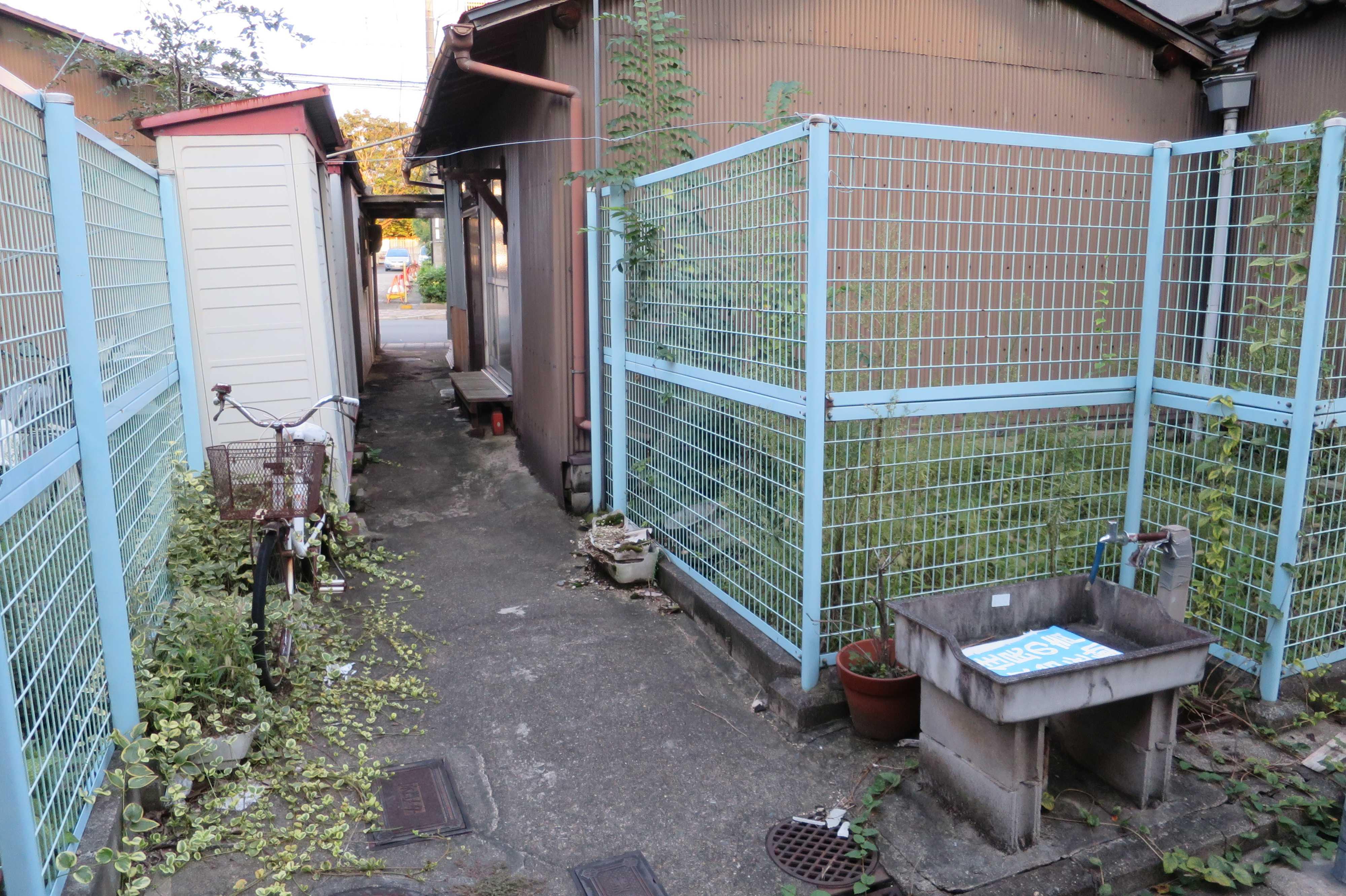 京都・崇仁地区 - 周囲を金網フェンスで囲まれた敷地