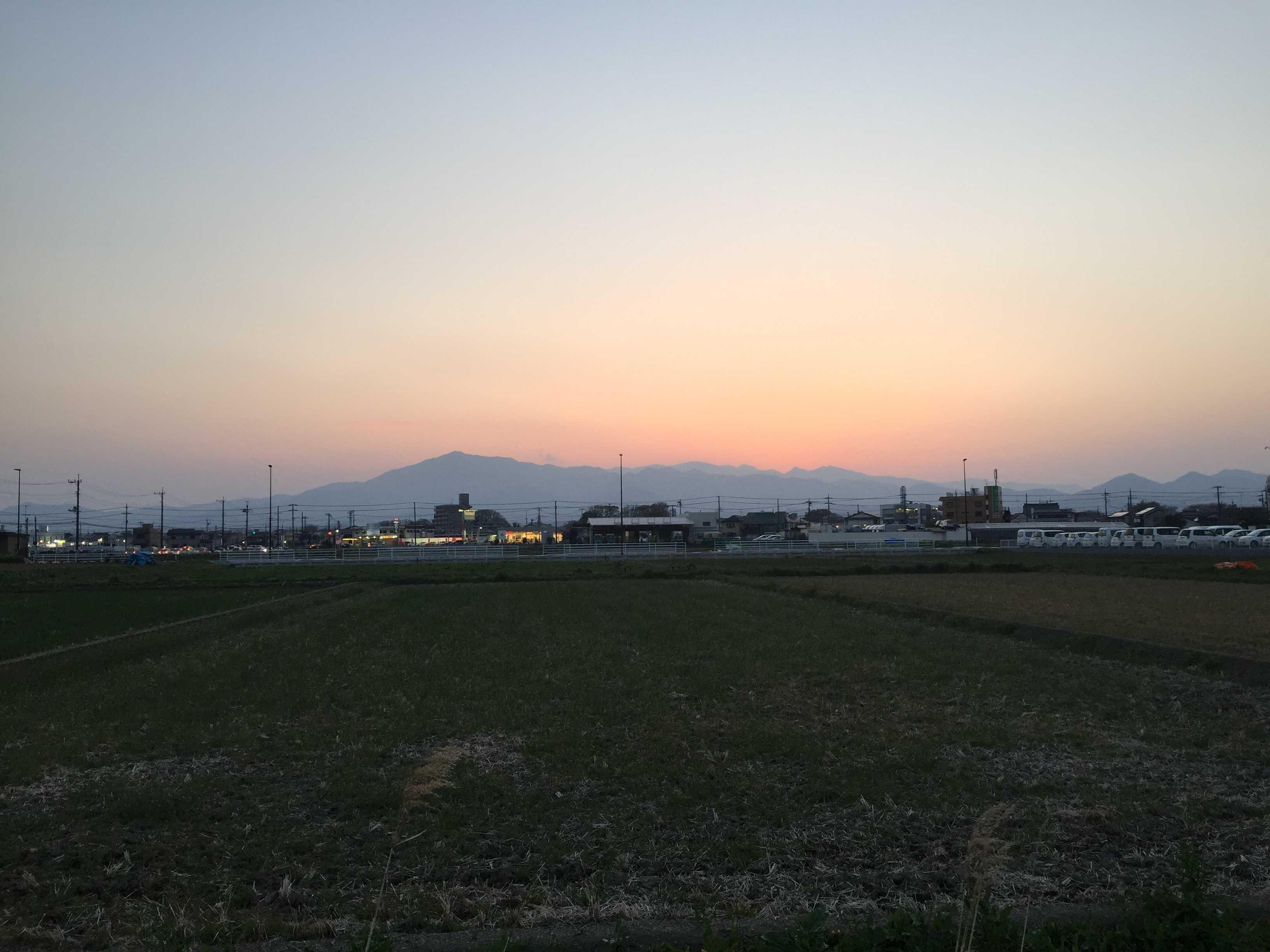 海老名駅前から見た丹沢山系の稜線