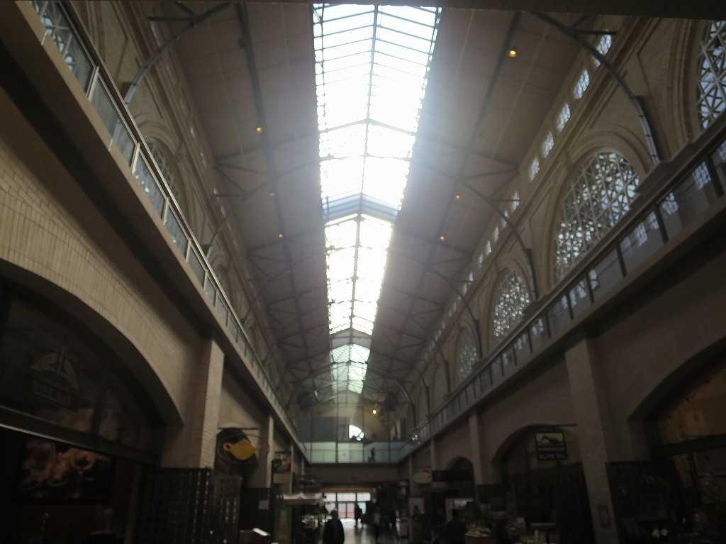 光が差し込むフェリービルディング・マーケットプレイス