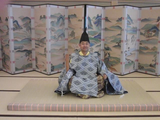 平安時代の装束を身に纏う村内伸弘