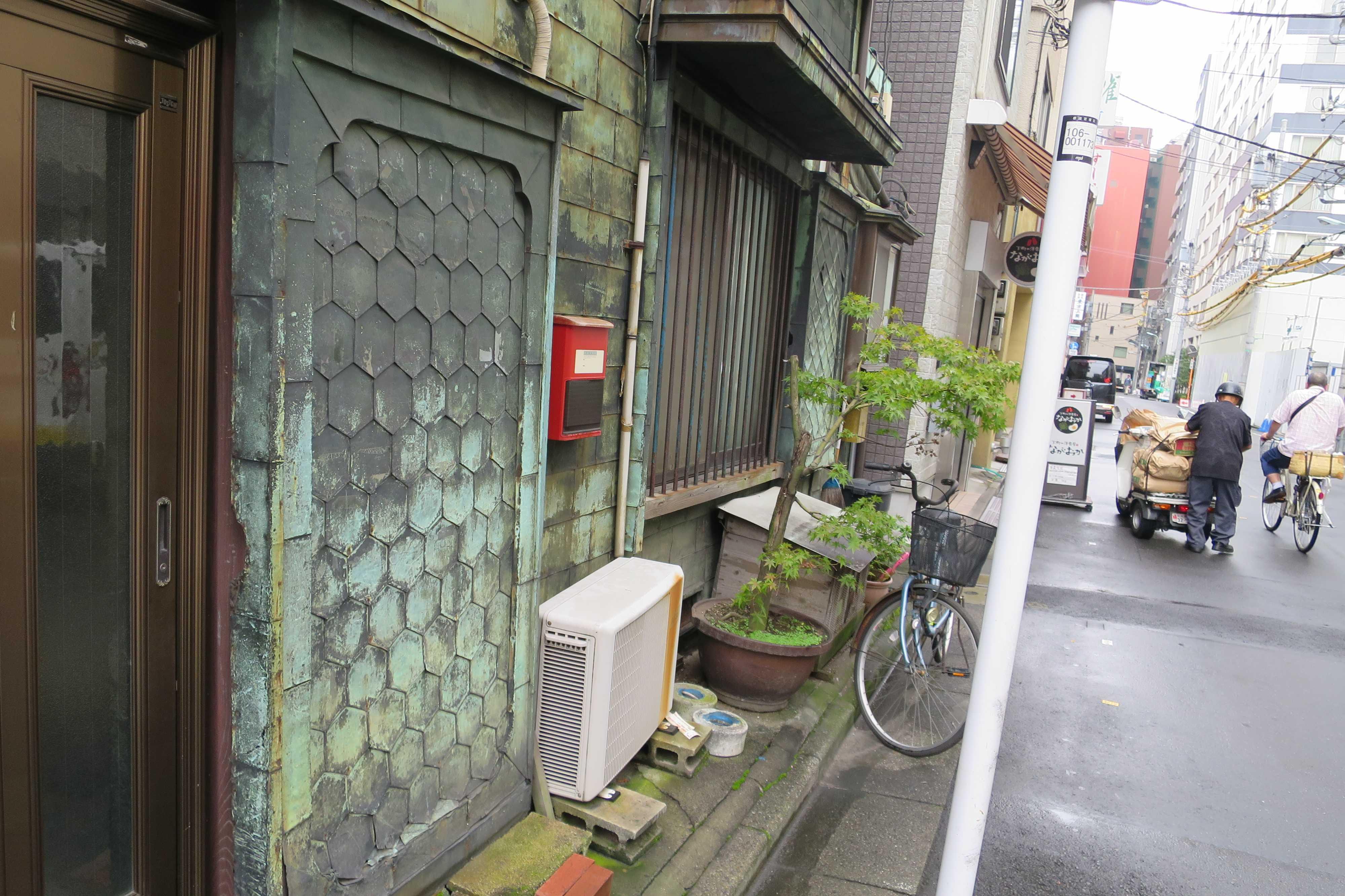 築地エリア - 戸袋や窓も銅板貼りの看板建築