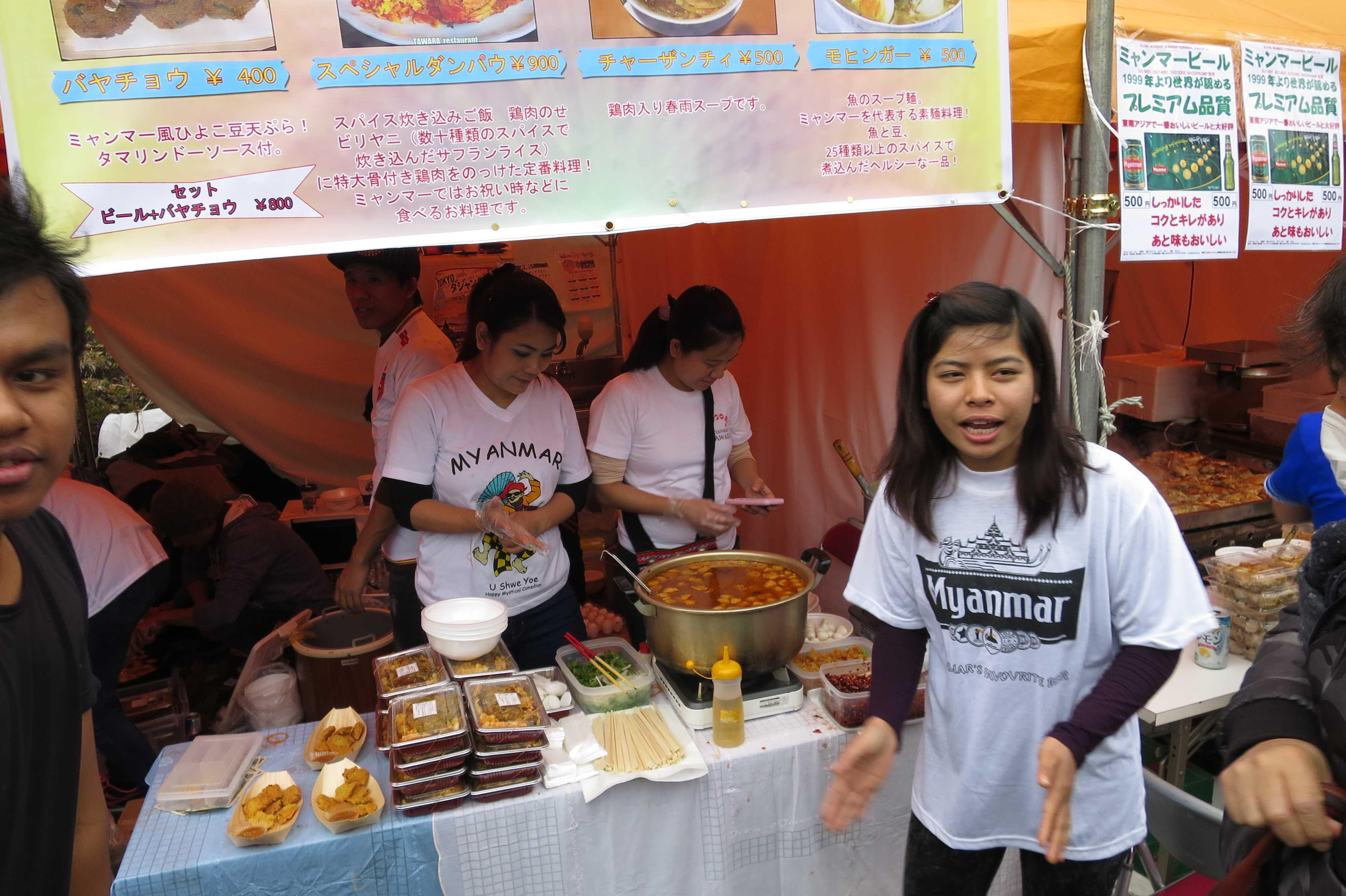 元気で明るい呼び込みの女の子 - ミャンマー祭り2016