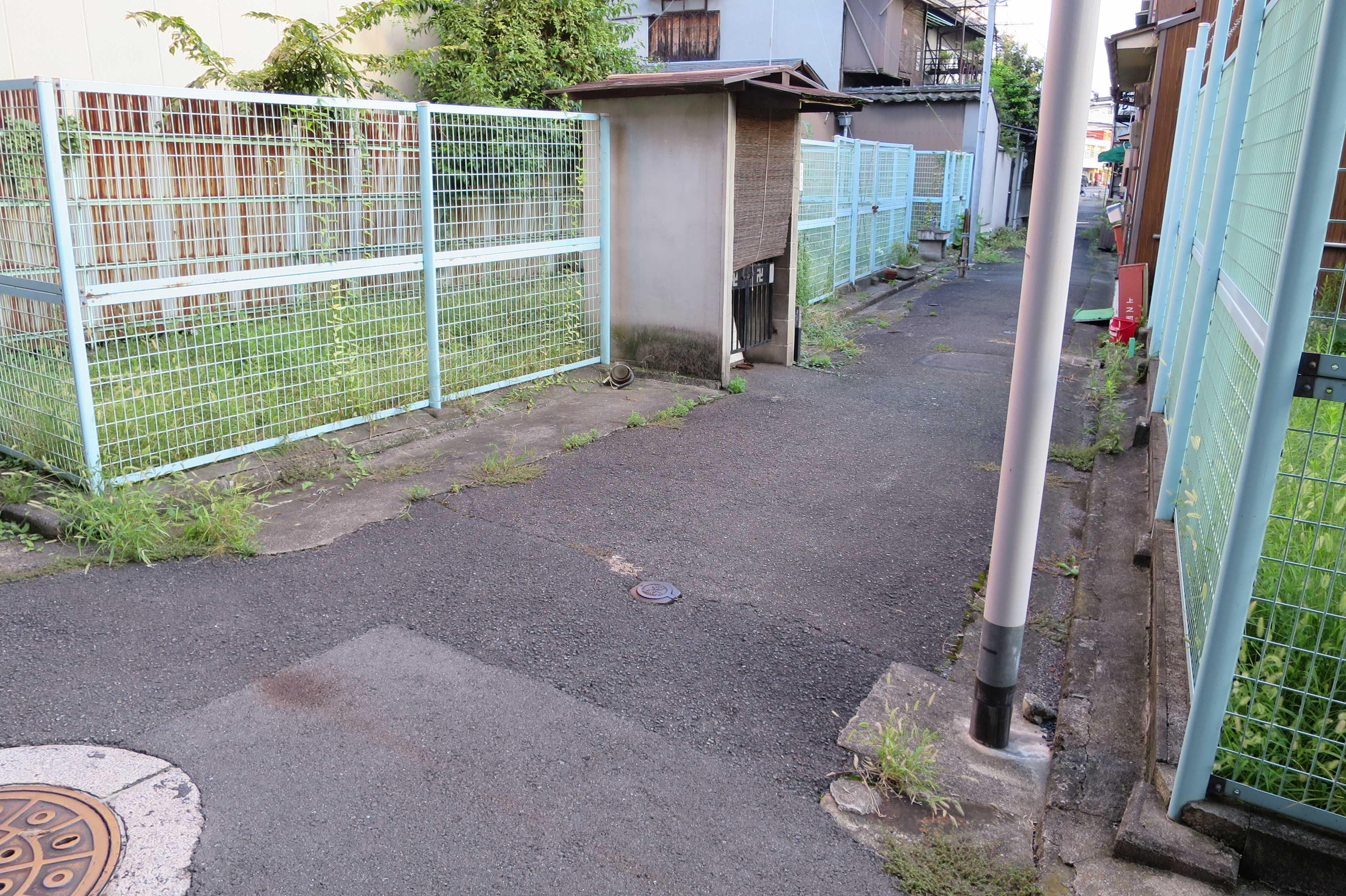 京都・崇仁地区 - ネットフェンスの金網とお地蔵さんの祠(ほこら)