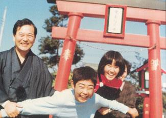 稲荷神社前の家族(村内伸弘)