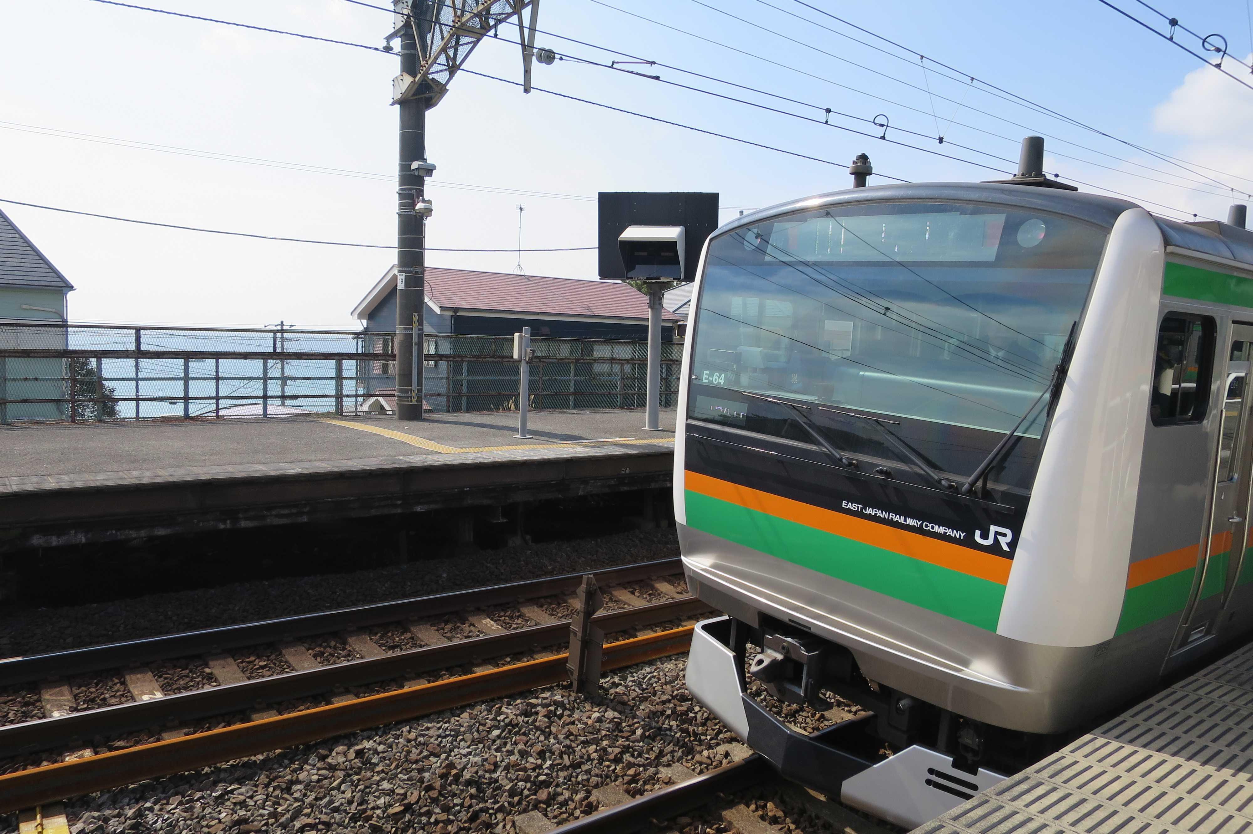 相模湾と JR東海道線 - JR国府津駅
