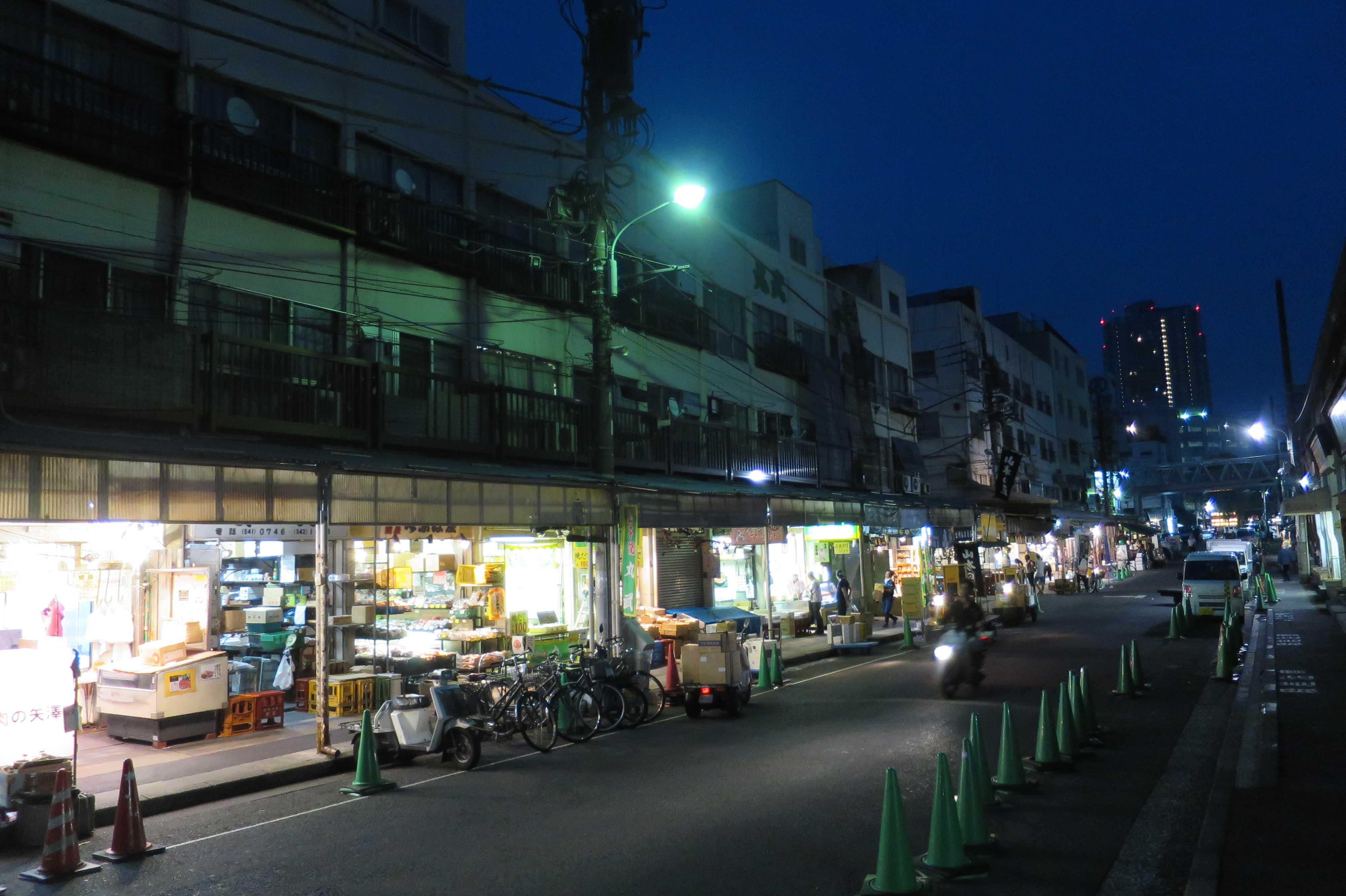 築地場外市場 - 夜明け前の波除通り