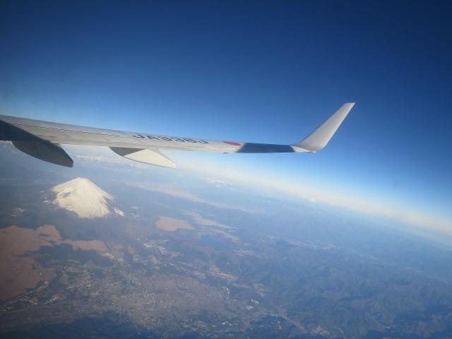上空から見た真っ白な雪を抱いた富士山
