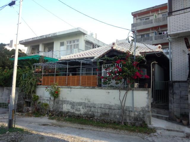 那覇市内の白い瓦屋根の家