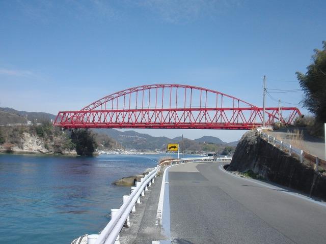 赤が印象的な向島大橋