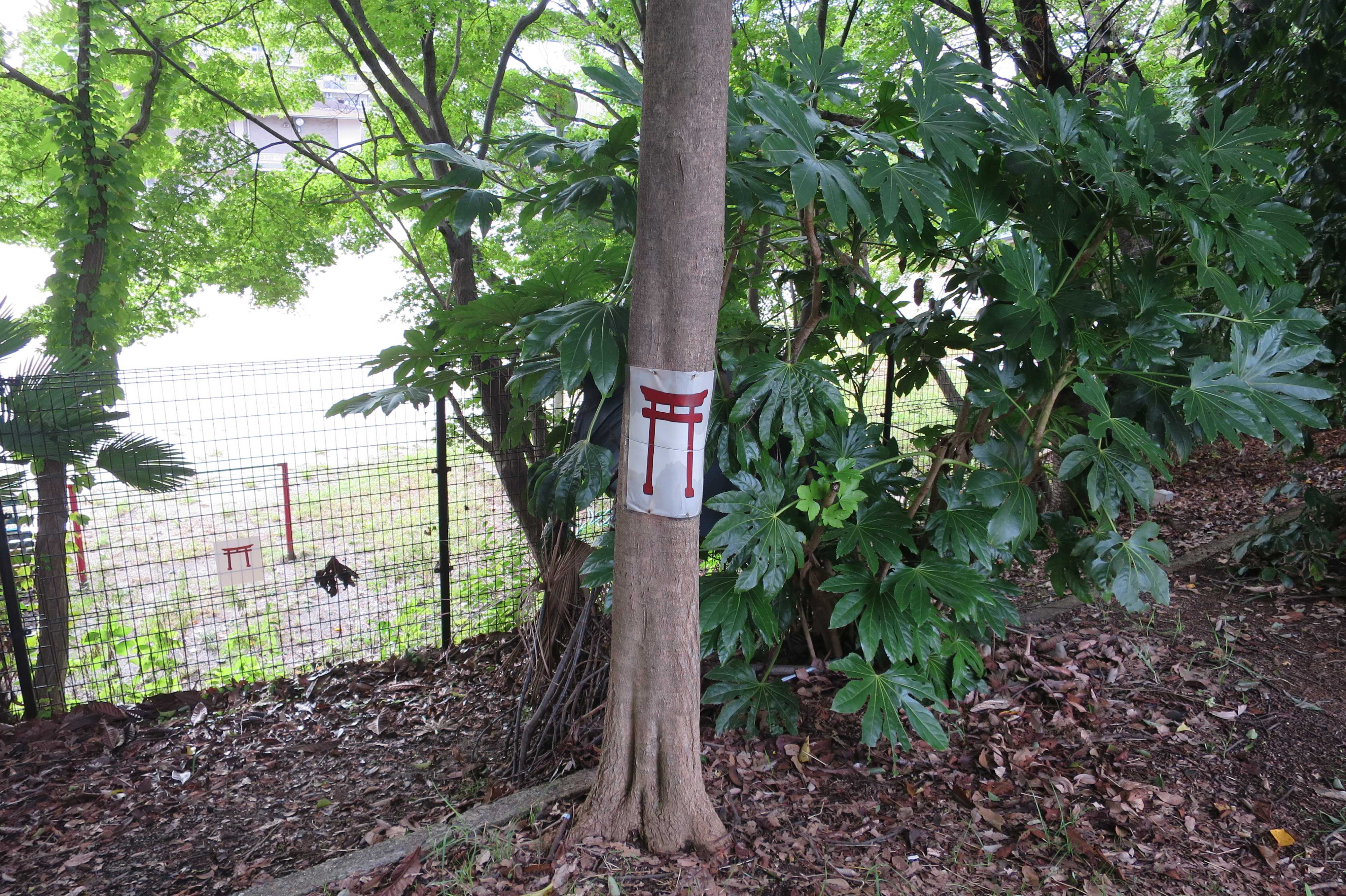 京都・崇仁地区 - 立ち小便禁止の鳥居マーク