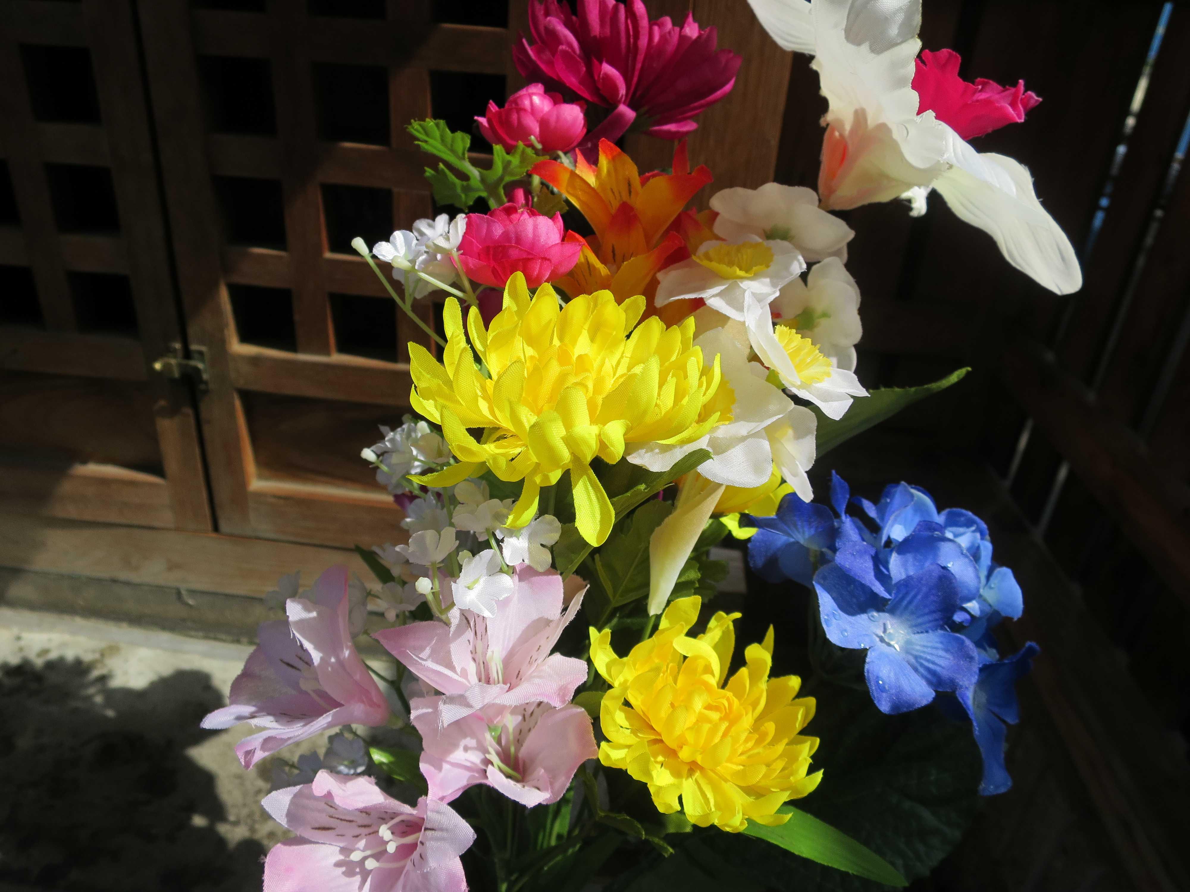 厄除地蔵尊 - カラフルな花